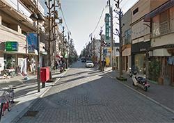 目の前にハッピーロード尾山台商店街が続いています。